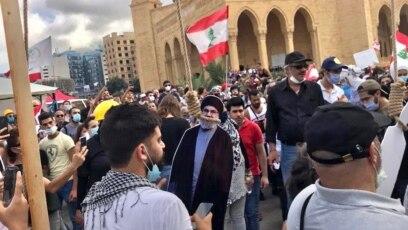 معترضان لبنانی، ماکت چهرههایی چون میشل عون، رئيسجمهور لبنان و حسن نصرالله، رئيس حزبالله را به صورت نمادین دار زدند.