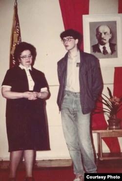 Приветствуя молодых интуристов. Михаил Талалай (в центре). 1980-е.