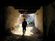 Afghanistan -- A boy sells baloons in Kabul, 15Nov2006