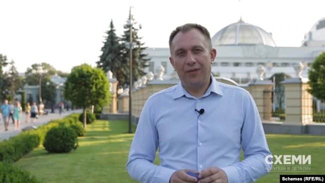 На думку «слуги народу» Ігоря Василіва, дружина на громадських засадах допомогла йому лише на самому початку його депутатської кар'єри
