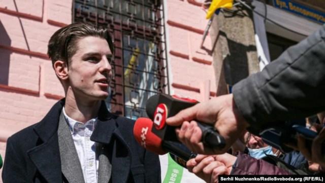 Роман Ратушний під Печерським судом, Київ, 26 березня 2021 року