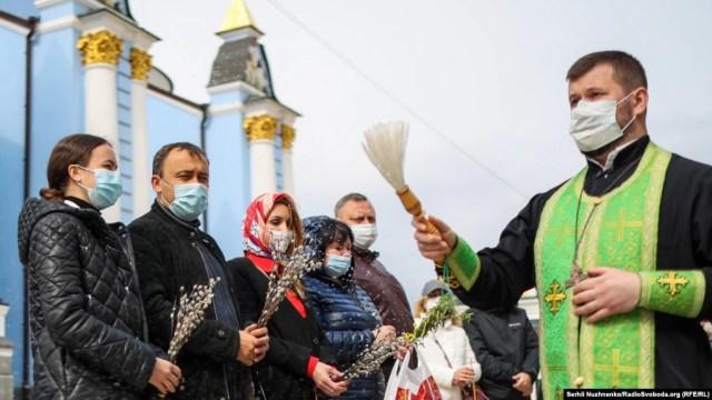 Священники окроплюють святою водою вірян та вербу в кафедральному Михайлівському соборі Свято-Михайлівського Золотоверхого монастиря, що належить Православній церкві України