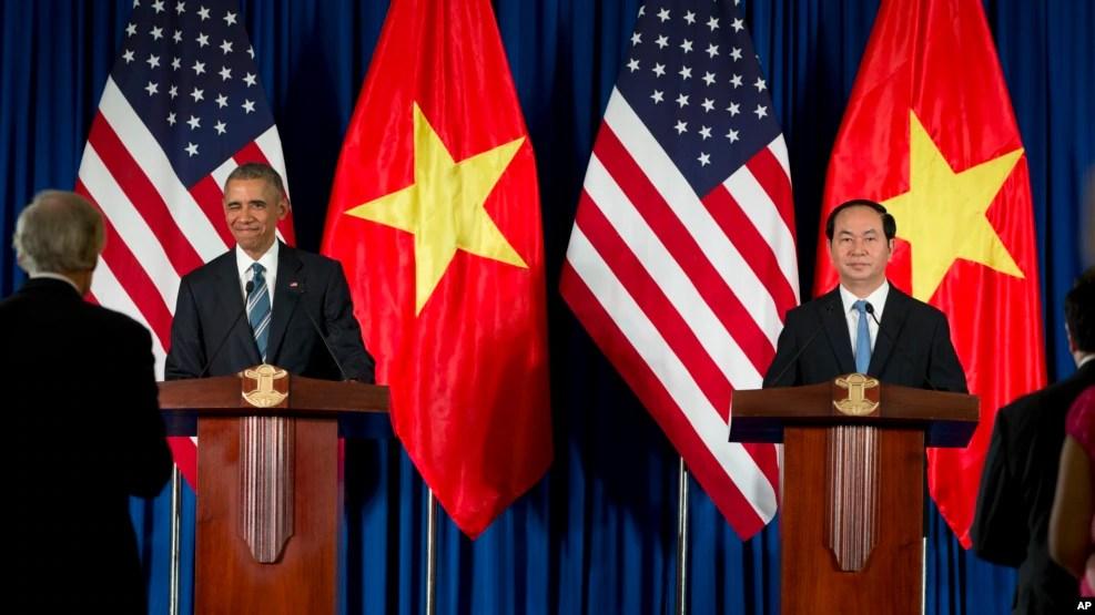 Tổng thống Mỹ Barack Obama trong cuộc họp báo chung với Chủ tịch nước Việt Nam Trần Đại Quang tại Hà Nội, ngày 23/5/2016.