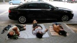 Ngủ trưa trên đường phố ở Bắc Kinh.