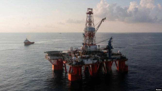 Giàn khoan Hakuryu 5 hoạt động trên Biển Đông vào ngày 29/4/2018.