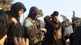 Các chiến binh đàn ông IS không thể khám người phụ nữ mặc áo choàng và đeo mạng che mặt. Họ đáp trả bằng cách thành lập lữ đoàn phụ nữ al-Khansaa.