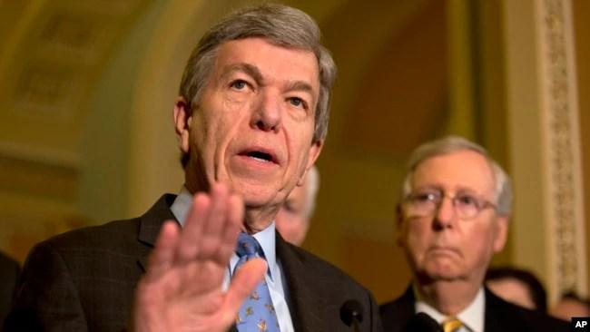 El senador Roy Blunt, republicano por Missuouri, (izquierda) acompañado del líder de la mayoría en el Senado Mitch McConnell, republicano por Kentucky.