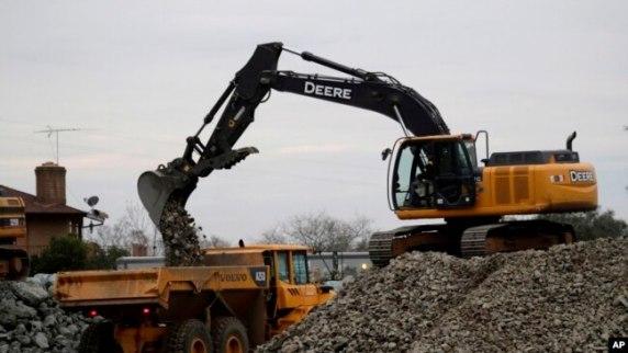 Se han colocado unas 1.200 toneladas de roca por hora en el aliviadero de emergencia para fortalecer su estabilidad, comprometida por un gran tajo localizado la semana pasada.