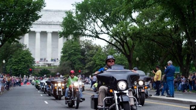 Veteranos de guerra en sus motocicletas pasan frente al Monumento a Lincoln en Washington, durante el 30 aniversario de Rolling Thunder 'Ride for Freedom' el 28 de mayo de 2017.