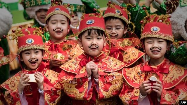 Trẻ em mặc trang phục truyền thống mừng năm mới Nguyên đán tại Hồng Kông.