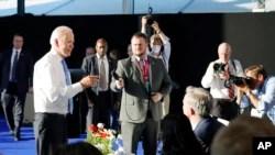 صدر بائیڈن کی جینیوا میں صحافیوں سے گفتگو (اے پی)
