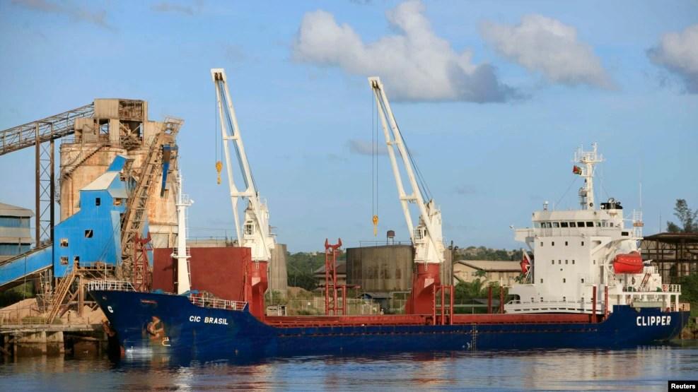 Một con tàu chở bauxite của tập đoàn khoáng sản Trung Quốc. (Ảnh tư liệu)