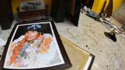 Un retrato del expresidente de Bolivia, Evo Morales, roto yace en el piso de su casa privada en Cochabamba, Bolivia, donde oponentes encapuchados ingresaron el domingo 10 de noviembre de 2019.