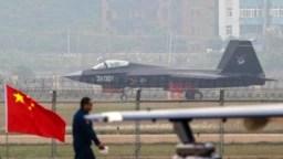 中国空军的新型隐形战机在珠海第十届国际空展上亮相 (2014年11月11日)