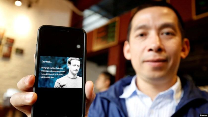 Nhà hoạt động Lã Việt Dũng và bức thư gửi cho ông Mark Zuckerberg, Hà Nội, ngày 10/4/2018.