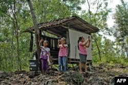 Tiga anak perempuan berusaha mencari sinyal internet dengan ponselnya untuk tugas sekolah di Desa Temulawak, DIY (foto: ilustrasi). Sekitar 1 dari 4 anak perempuan tidak memiliki pendidikan yang layak.