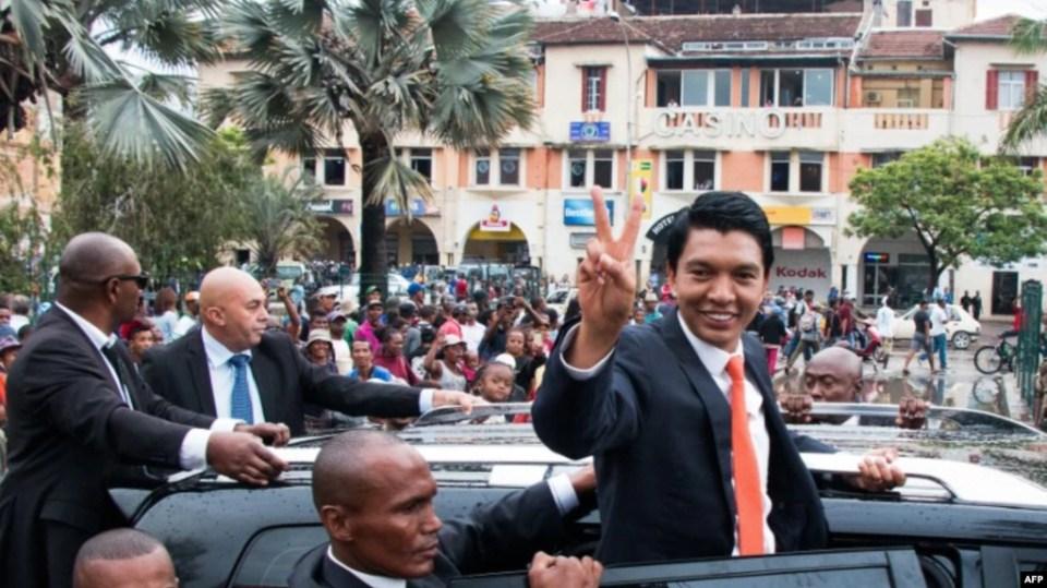 Le président nouvellement élu de Madagascar, Andry Rajoelina, fait signe à sa voiture à Analakely, à Madagascar, le 8 janvier 2019. (Photo: Mamyrael / AFP)