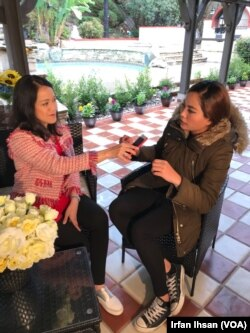 Ruksima (kanan) bersama reporter VOA, Dhania Iman, saat berjumpa di Los Angeles, California (Dok: VOA)