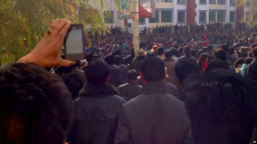 Tibetans protest in the Rongwo Township in Rebkhong County in western ...