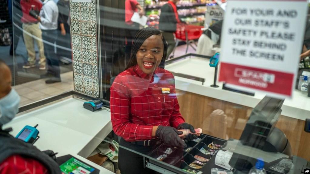 La empleada de un supermercado en un suburbio de Johannesburgo, Zandile Mlotshwa, de 21 años, cuenta el dinero colectado en su caja al final de su turno. Alrededor del mundo, empleados de supermercados y otros negocios esenciales permanecen en primera línea para ofrecer productos de primera necesidad como alimentos.