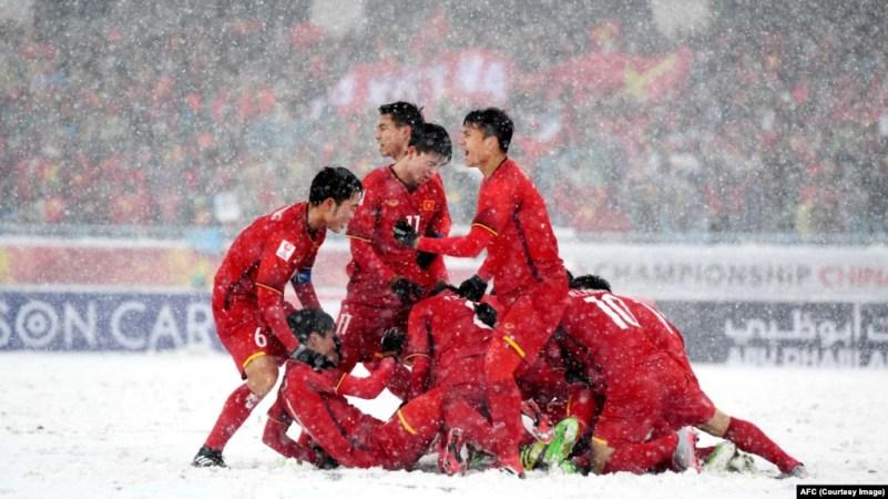 Các cầu thủ U23 Việt Nam ăn mừng bàn thắng gỡ hòa của Quang Hải ở phút thứ 8 của trận đấu hôm 27/1.
