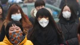 Cư dân đeo mặt nạ đi trong khói mù vào một buổi sáng tại Bắc Kinh.