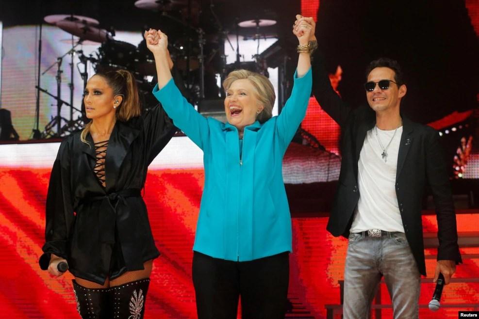 美国民主党总统候选人希拉里·克林顿同支持她的歌手詹妮弗·洛佩茲和马克·安东尼在竞选音乐会上(2016年10月29日)