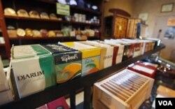 Rokok Djarum Filter, dijual di salah satu gerai rokok di Richmond, Virginia (foto:dok).
