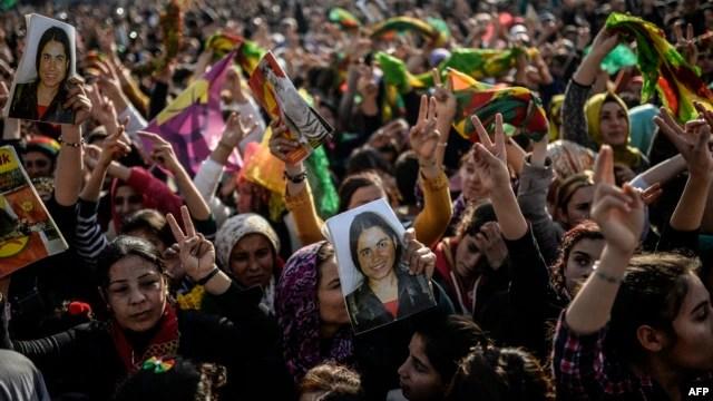 Dân Kurd vui mừng sau khi  chiến binh Kurd và Peshmerga đã đánh bật các phần tử Nhà nước Hồi giáo ra khỏi thành phố Kobani, 27/1/15