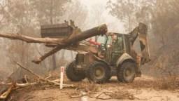 Funcionarios del Departamento de Defensa de Australia trabajan para combatir los incendios forestales en Bairnsdale el 6 de enero de 2020.