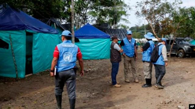 Observadores de las Naciones Unidas llegan a un campamento rebelde de las Fuerzas Armadas Revolucionarias de Colombia (FARC), en La Carmelita, cerca de Puerto Asis, en el suroeste de Putumayo, miércoles 1 de marzo de 2017.