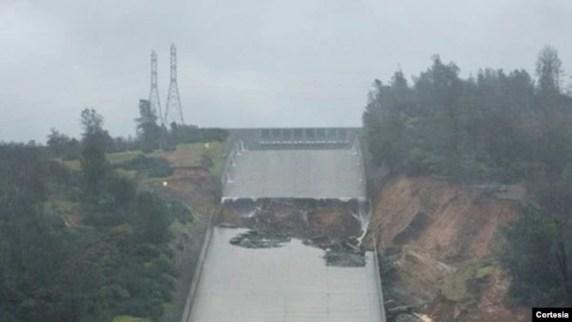 Ya el domingo en la noche el agua del lago Oroville no estaba sobrepasando la barrera superior del escape de emergencia de la represa, gracias a los esfuerzos de la agencia de manejo de agua de California.