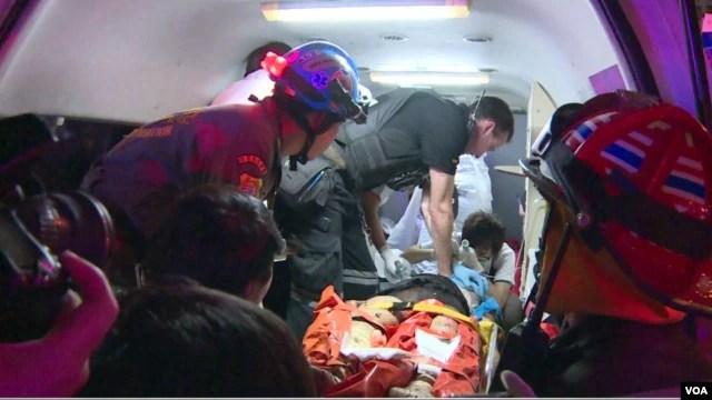 Các nhân viên y tế chăm sóc cho người bị thương trong vụ nổ bom ở trung tâm Bangkok, ngày 17 tháng 8, năm 2015. (Ảnh: Zinlet Aung - VOA)>