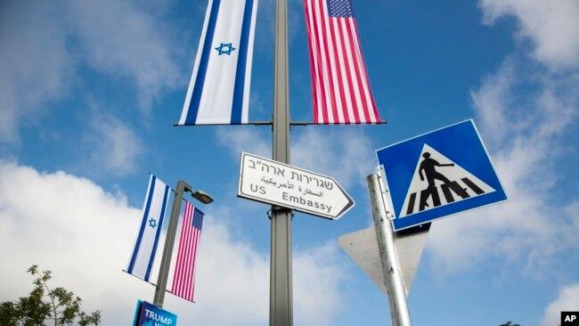 Cờ Hoa Kỳ và Israel trên đường phố Jerusalem.
