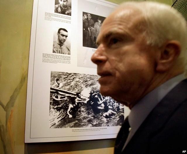 Thượng nghị sĩ John McCain trong chuyến thăm nhà tù Hỏa Lò, Hà Nội, ngày 8 tháng 4 năm 2009.