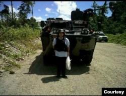 Linda Gurning, istri mendiang Harry Siregar, yang datang menabur bunga di Mil 37, TImika, Papua, dengan pengawalan ketat karena rentannya situasi keamanan. (Foto: pribadi)