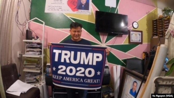 Tại cửa hàng của mình, ông Lượng đã tự bỏ tiền túi ra in ấn các băng rôn ủng hộ ông Trump và phát miễn phí cho mọi người