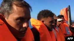 Migranten, die früher am Tag von Mitgliedern der französischen NGO SOS Mediterranean auf dem Boot Ocean Viking 55 km vor der Küste der italienischen Insel Lampedusa am 30. Juni 2020 gerettet wurden.