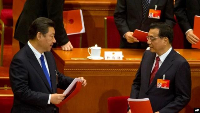 Chủ tịch Trung Quốc Tập Cận Bình, trái, và Thủ tướng Lý Khắc Cường chuẩn bị rời đi sau phiên bế mạc Hội nghị Nhân dân Toàn Quốc tại Đại Sảnh đường Nhân dân ở Bắc Kinh, 15/3/2015.