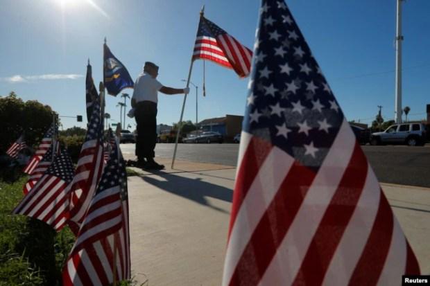 David Carrasco, miembro de la guardia de honor y veterano de la Guerra de Vietnam en un improvisado memorial al senador John McCain frente a la funeraria en Phoenix, Arizona, el martes, 28 de agosto de 2018.