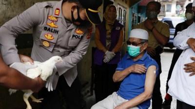 Hadiah Ayam hingga Apartemen, Upaya Genjot Vaksinasi COVID-19 di Asia
