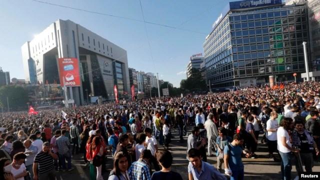 La plaza de Taksim en Estambul seguía bajo el poder de los manifestantes este domingo.