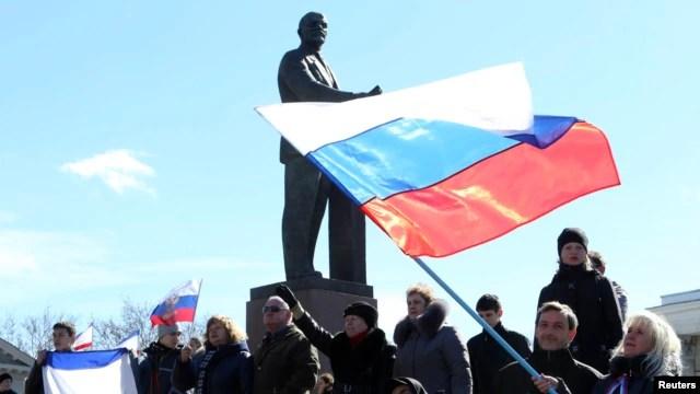 Những người thân Nga phất cờ Nga trước tượng Vladimir Lenin ở Simferopol, 17/3/14