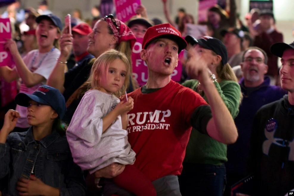 在宾州的川普竞选大会上,有人对记者大喊大叫(2016年11月7日)
