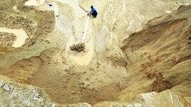 Công nhân làm việc tại một mỏ kim loại đất hiếm tại tỉnh Giang Tây, Trung Quốc.