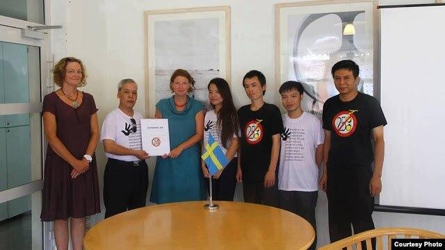 Blogger Nguyễn Đình Hà (mặc áo trắng, thứ 2 từ bên phải) trong lần đi vận động cho điều luật 258 trước đây Ảnh: Mạng lưới blogger Việt Nam.