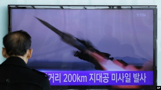Một người Nam Triều Tiên xem tin trên truyền hình về vụ phóng phi đạn của Bắc Triều Tiên tại một nhà ga xe lửa ở Seoul, Nam Triều Tiên hôm 13/3/15