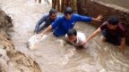 Bạn bè tiếc thương tình nguyện viên cứu lụt tử nạn