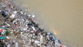 View of rubbish on the banks of the Red River from the top of Long Bien Bridge, Hanoi, February 12, 2014. (Marianne Brown for VOA News)