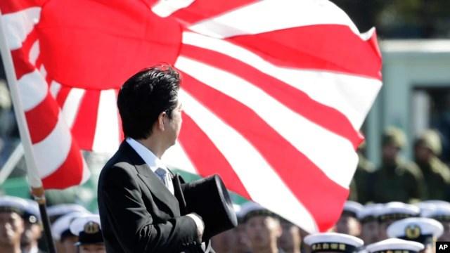 Thủ tướng Nhật Bản Shinzo Abe duyệt hàng quân danh dự của Lực lượng Tự vệ Nhật Bản tại Căn cứ Asaka ở phía bắc Tokyo.